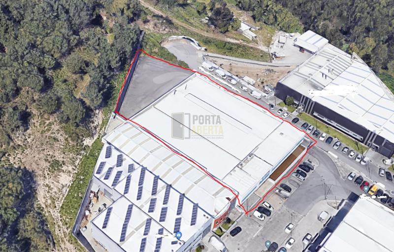 Dois armazéns contíguos localizados em zona industrial em Braga